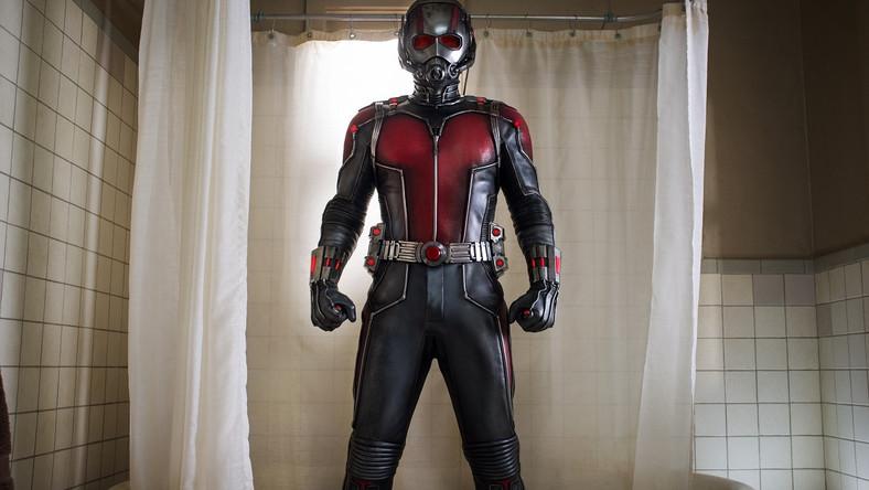 """W niekończącym się cyklu Marvel Cinematic Universe potrzebny był taki oddech: między dramatycznymi wydarzeniami z """"Avengers: Czas Ultrona"""" a zapowiadanym na maj 2016 roku starciem superbohaterów w kolejnej części """"Kapitana Ameryki"""". W porównaniu z poprzednimi tytułami cyklu """"Ant-Man"""" wydaje się wręcz kameralny. W końcu jak porównać faceta, który – dzięki zaawansowanej technologii – może zmniejszyć się do rozmiarów insekta, z Thorem czy Kapitanem Ameryką?"""