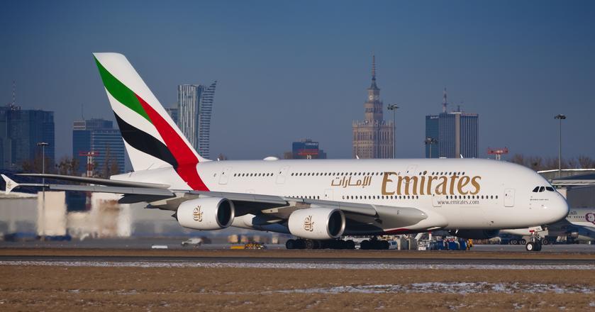 Airbus A380 jest największym samolotem pasażerskim na świecie. Największym odrzutowcem regularnie latającym do Polski jest obecnie Boeing 777 linii Emirates