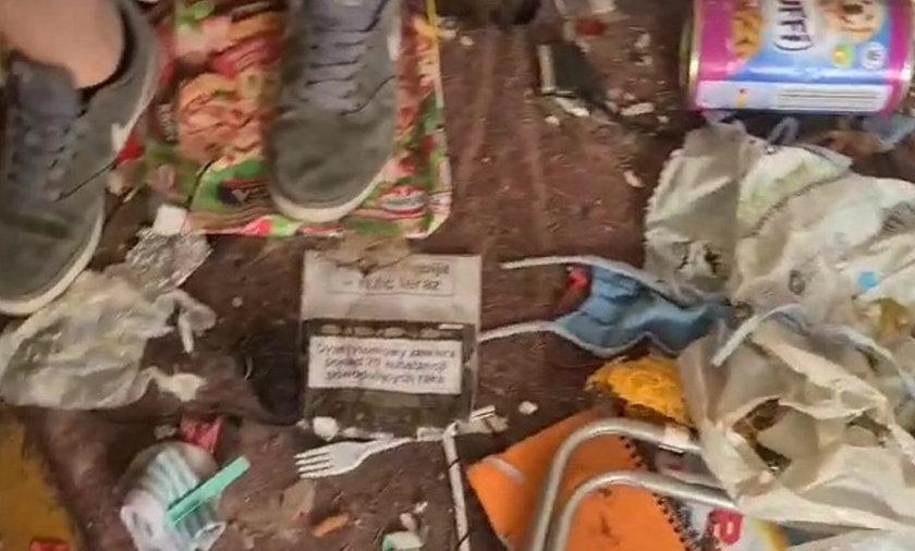 Melina zawalona śmieciami i odchodami: w takich warunkach żyły psy i koty.