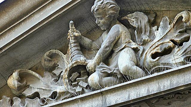 Samo kamena figura dečaka koji prosipa sapune na vrhu prednjeg zida nagoveštava vanvremensku vrednost Žakove zaostavštine