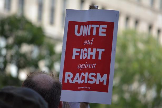 """""""Związek jest niezaprzeczalny: badania wykazują, że od chwili objęcia przez Trumpa urzędu prezydenta rośnie liczba przestępstw motywowanych nienawiścią rasową."""""""