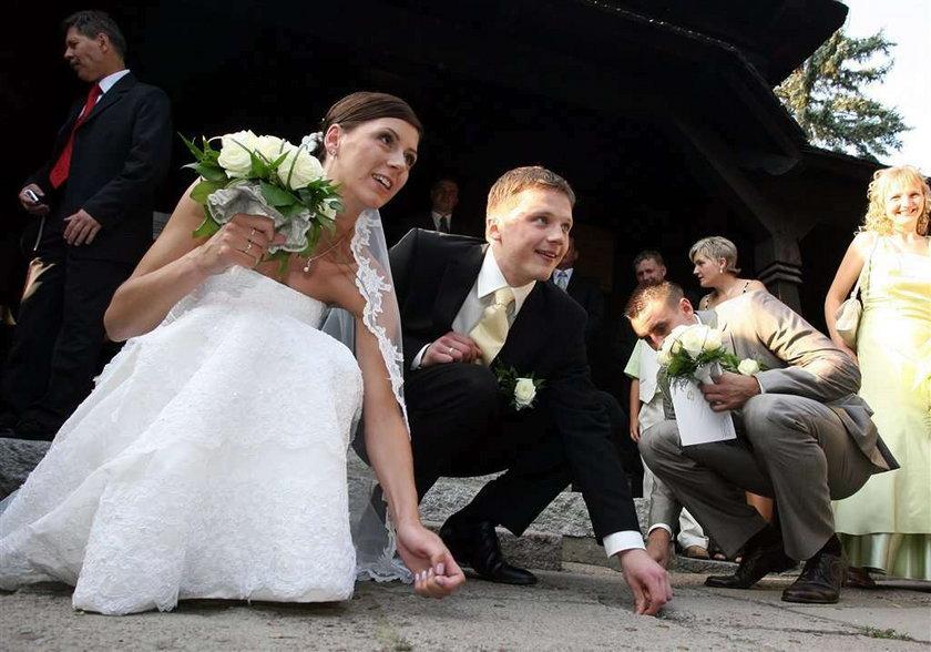 Koledzy grali, on się żenił