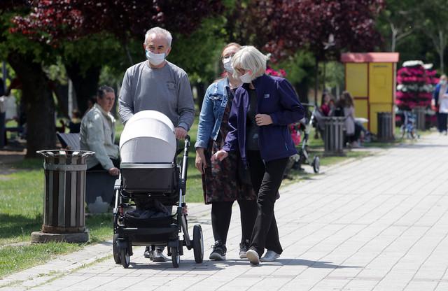 Nije zabranjeno da bake i deke borave sa unucima, ali nije ni zabranjeno?