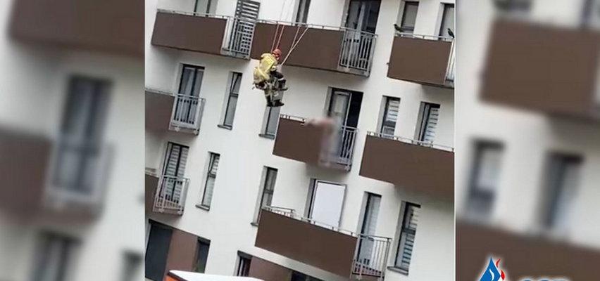 Nagi mężczyzna na balkonie w Krakowie. Brawurowa akcja strażaków [FILM]
