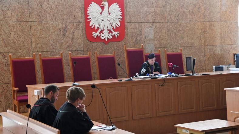 """Sędzia Małgorzata Tyndel (P), 4 bm. w Sądzie Okręgowym w Krakowie ogłasza wyrok w procesie przeciwko Tomaszowi B. - hejterowi, który nawoływał do """"spalenia Róży Thun na stosie"""""""