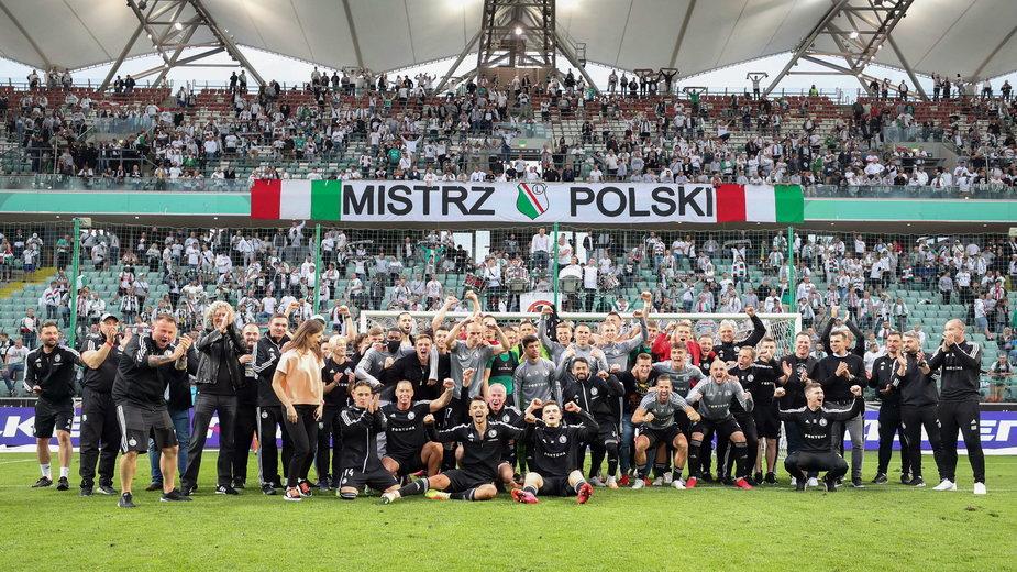 Po ostatnim gwizdku sędziego legioniści rozpoczęli fetowanie 14. tytułu mistrza Polski. Później świętowanie przeniosło się na wiślaną barkę.