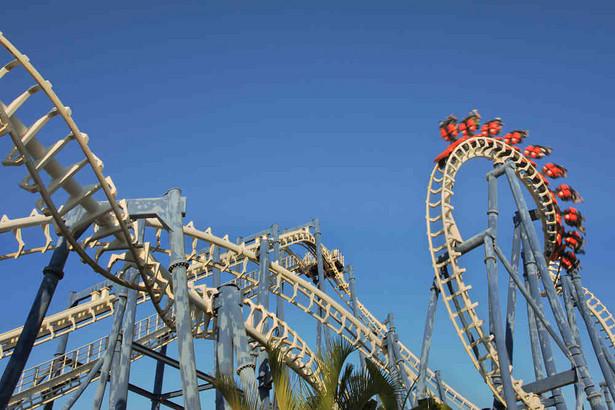 Kolejka górska roller coaster w parku rozrywki w Tel Avivie.