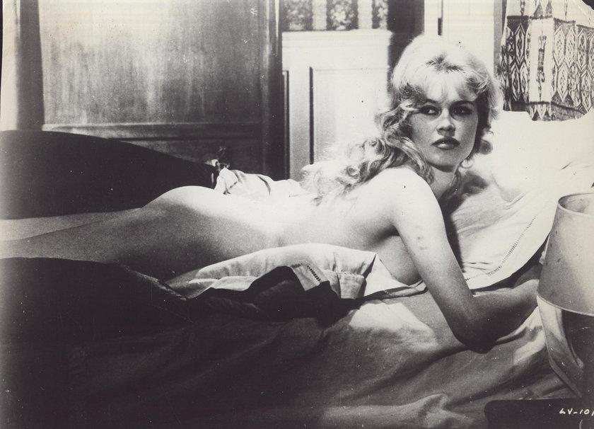 Brigitte Bardot nago w łóżku