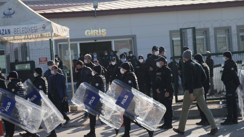 Turecka policja zabezpieczyła teren przed więzieniem Sincan podczas ostatniego przesłuchania 475 oskarżonych ws. zamachu stanu z 2016 r.
