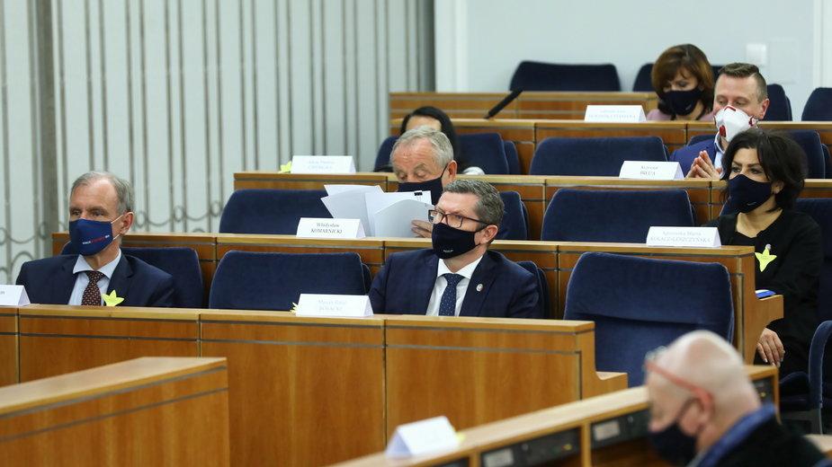 Posiedzenie Senatu. Z prawej w dolnym rzędzie Marcin Bosacki.