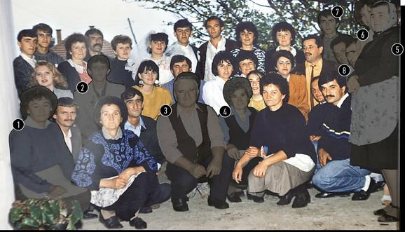 1. Milena Despotović (59), komšinica, 2. Miloš Ješić (45), komšija, 3. Velimir Mijailović (78), komšija, 4. Olga Mijailović (79), komšinica, 5. Dobrila Bogdanović (83), majka ubice, 6. Dragana Stekić (51), rođaka po majci, 7. Branko Bogdanović (41), sin ubice, 8. Mikailo Despotović (61), rođak po majci. Na grupnoj slici nedostaje još pet žrtava Ljubišinog masakra: Jovana Despotović (19), komšinica, kao i njen dvogodišnji sin David i muž Goran Despotović (26), unuk takođe ubijenog Mikaila Despotovića, a nedostaju i Ljubina Ješić (69), majka ubijenog Miloša Ješića i Danica Stekić (50), rođaka po majci.