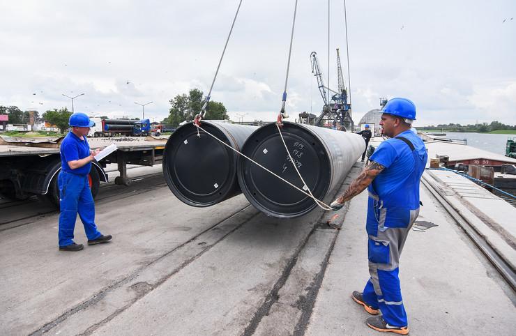 Novi Sad097 luka novi sad cevi za izgradnju gasovoda turski tok foto Nenad Mihajlovic