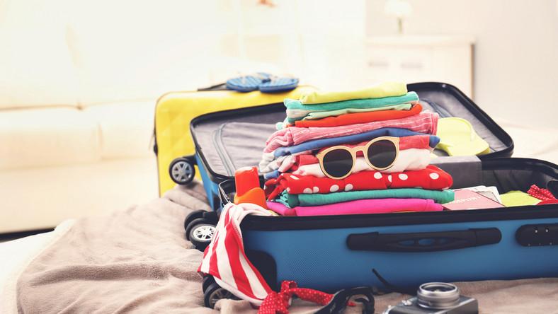 walizki wakacje urlop wyjazd fot. shutterstock