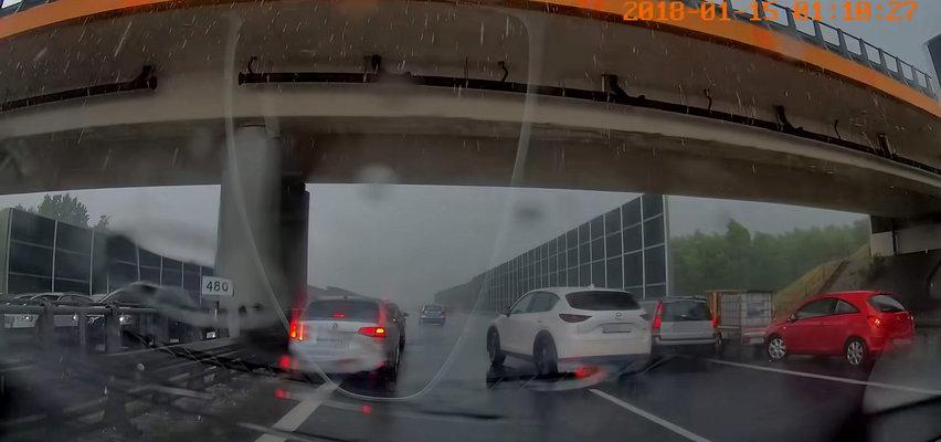Kierowcy parkowali pod wiaduktem na autostradzie A4. Cwaniakując, mogli spowodować wypadek!