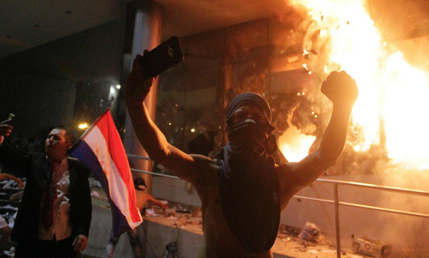Demonstracja pod parlamentem w Asuncion