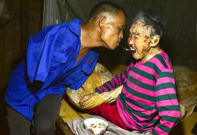 Čen hrani svoju majku