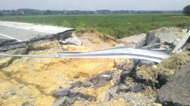 DOKAZ: Razoreni regionalni put kod Koceljeve