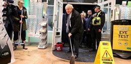 """Boris Johnson ma nową pracę? """"Chyba nigdy nie używał mopa"""""""