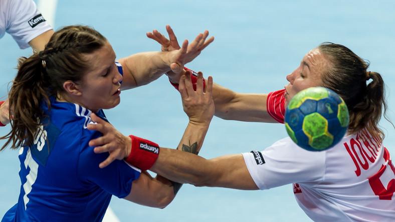 Agnieszka Jochymek (P) walczy o piłkę z Alexandrą Roos (L) z Finalndii podczas meczu drugiej fazy eliminacji Mistrzostw Europy 2016 w piłce ręcznej kobiet