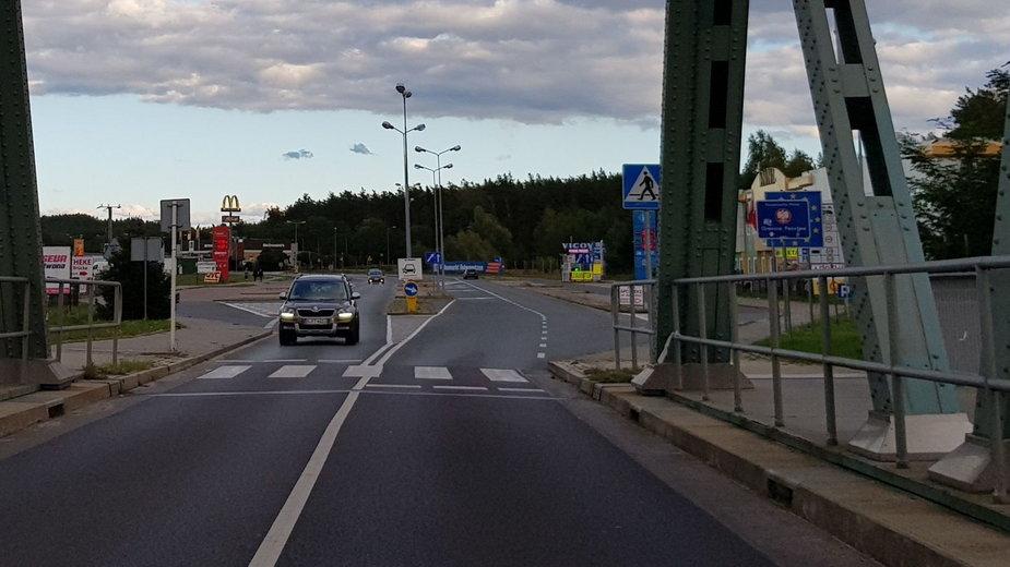 Osinów Dolny (stolica fryzjerstwa) od wjazdu przez most na Odrze od strony niemieckiej.