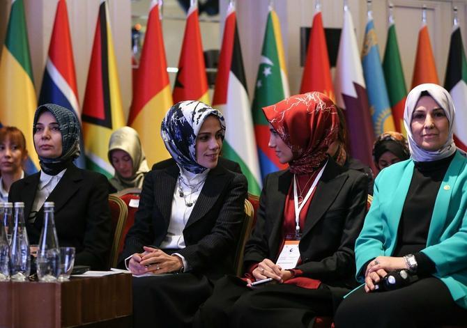 Ezra levo sa sestrom Sumejom Erdogan prošle godine na Ženskoj konferenciji održanoj u Istanbulu