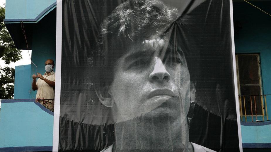 Kibice żegnają Diego Maradonę