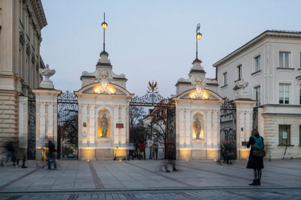 """Smuniewski przed bramą uniwersytecką podczas manifestacji mówił m.in.: """"To są jaja, co oni sobie robią. Nauką nazywają jakieś nie wiem co. Cwelostwo, które przepychają na uniwersytetach na całym świecie"""""""