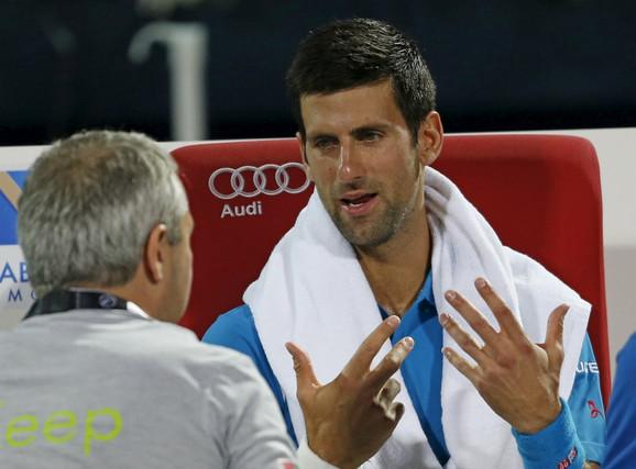 Novak Đoković sa doktorom tokom meča sa Lopezom