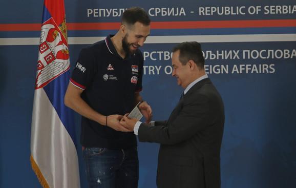 Nemanja Petrić, kapiten odbojkaša i Ivica Dačić