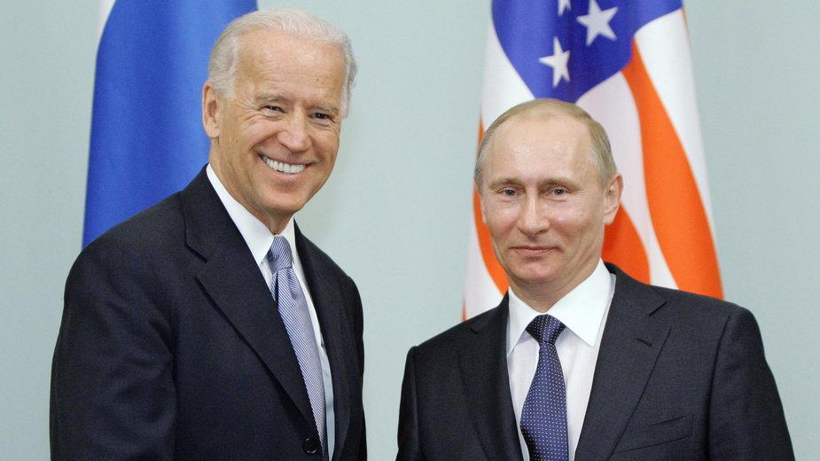 Zdjęcie ze spotkania Joego Bidena i Władimira Putina w 2011 r.