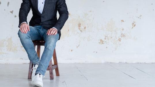 Buty sportowe w stylizacjach casualowych i eleganckich jak