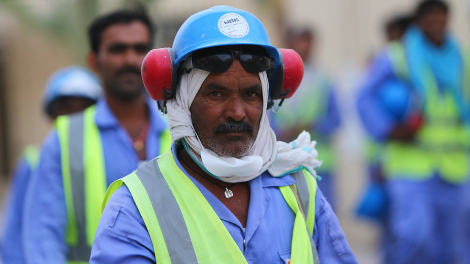 Robotnik pracujący w Katarze przy organizacji MŚ.