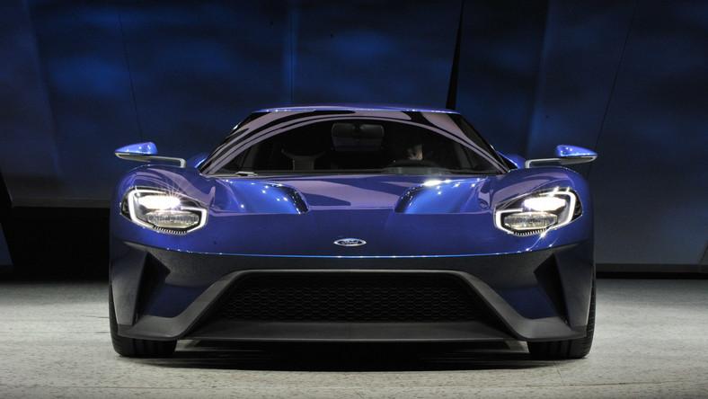 Wszystko zaczęło się niemal 50 lat temu. W 1966 roku - trzy fordy GT, jeden za drugim minęły metę 24-godzinnego wyścigu Le Mans. Tym sposobem amerykański koncern przerwał pasmo sukcesów Ferrari w tej imprezie i nie oddał tronu przez kolejne trzy lata. Na początku XXI wieku ford GT powrócił - był napompowaną wersją zwycięscy z Le Mans. Teraz w Detroit Ford odsłonił trzecią generację legendarnego modelu.
