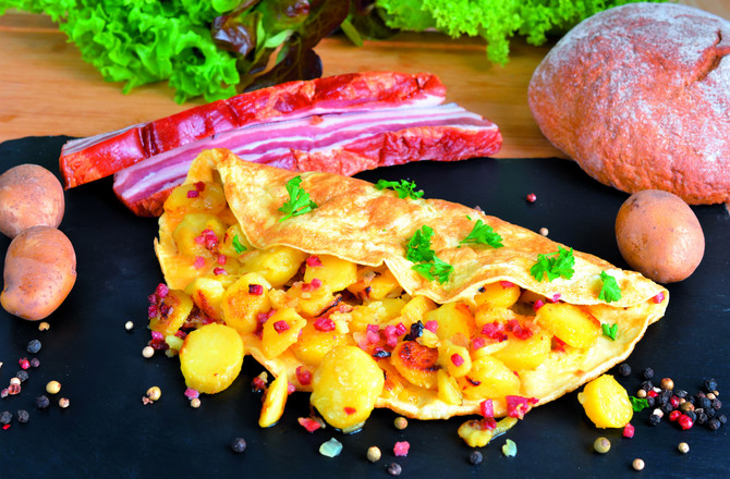 109253_holandija-stockphotofarmersbreakfastomeletwithfriedpotatoesonionsandbacon386427328