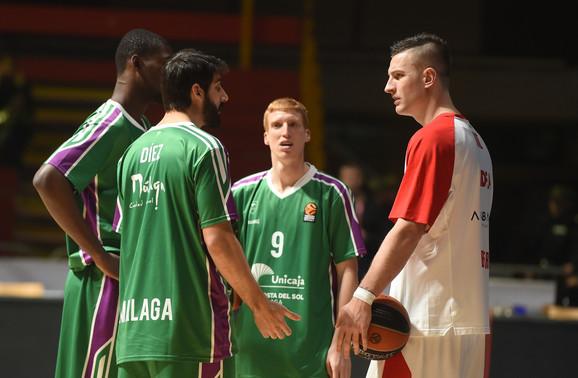 Alen Omić u razgovoru sa košarkašima Unikahe, čiji je dres ranije nosio