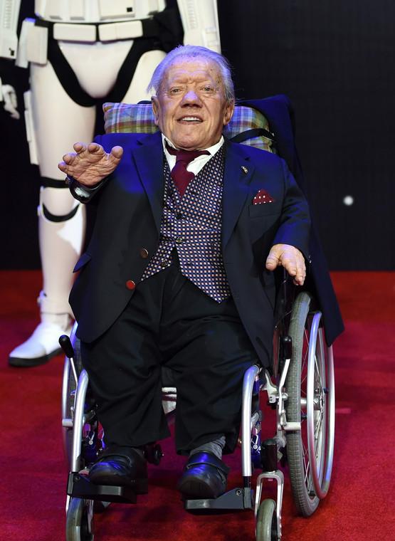 Aktor Kenny Baker, który animował słynnego androida R2-D2