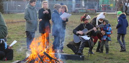 Powstańcy śpiewali przy ognisku