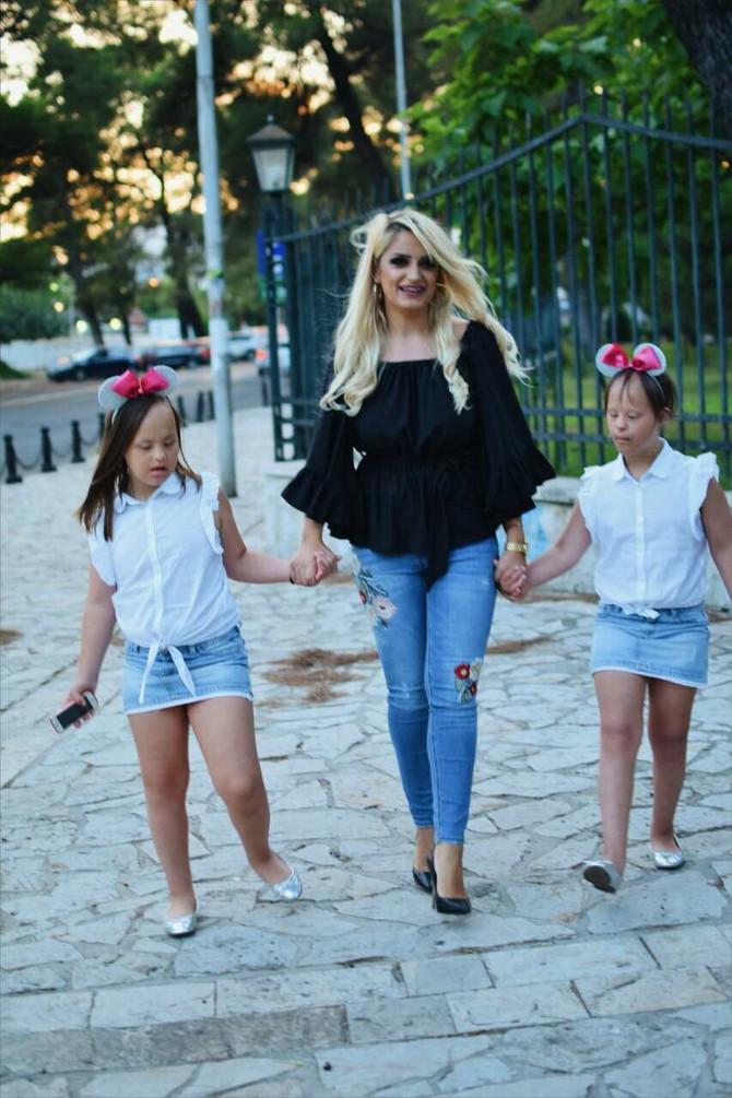 Mama vikendom vodi devojčice na manekenstvo