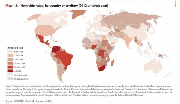 """Autorzy raportu """"Global Study On Homicide 2013"""" wyróżniają trzy grupy zabójstw. Pierwszą grupę stanowią zabójstwa mające podłoże kryminalne, w tym związane ze zorganizowanymi grupami przestępczymi i działalnością kryminalną, np. napadami i kradzieżami. Ten typ zabójstw zdaje się dominować w krajach Ameryki Łacińskiej. Drugim typem są zabójstwa związane z relacjami interpersonalnymi, gdzie użycie przemocy, prowadzące do śmierci, staje się sposobem rozwiązania napiętej sytuacji lub też sposobem ukarania bliskiej osoby za łamanie norm społecznych lub kulturowych. Udział tego typu zabójstw w ogólnym współczynniku zabójstw jest wyższy w Azji, Europie i Oceanii. Na trzeci typ składają się zabójstwa dokonywane z powodów socjo-politycznych, związanych np. z uprzedzeniami. Zaliczają się do nich np. akty terroru czy czystki etniczne podczas działań wojennych. Ich występowanie wiąże się często z dynamiką i rozkładem konfliktów na świecie. Na slajdzie: Wskaźnik zabójstw na 100 tys. mieszkańców na świecie. Na mapie wyróżniają się dwa regiony - Ameryka Łacińska i Afryka. Źródło: Biuro Narodów Zjednoczonych ds. narkotyków i przestępczości (UNODC)"""