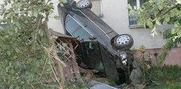 Zawisła autem na altance i żyje! Zobacz zdjęcia
