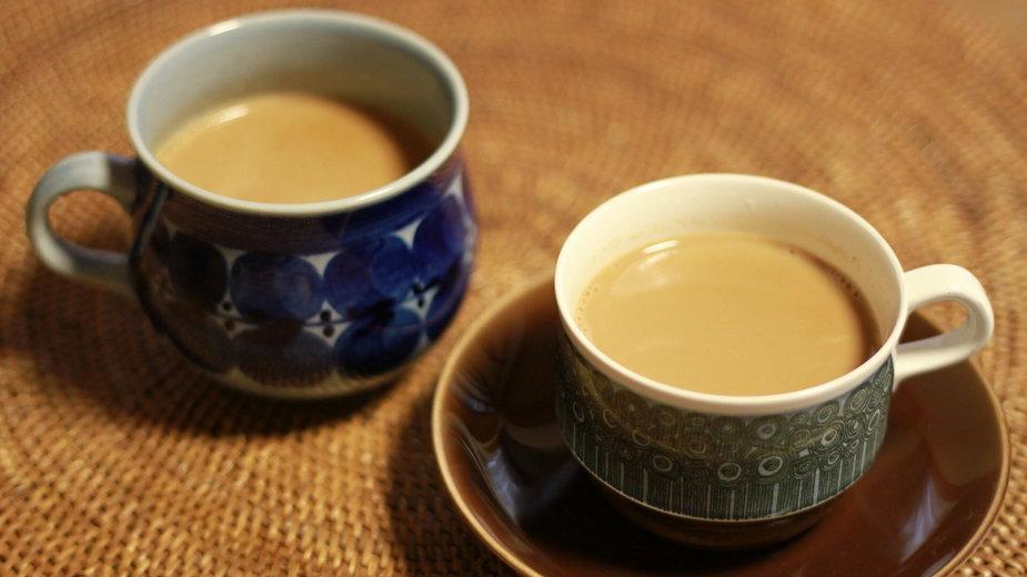Herbata z kawą i mlekiem
