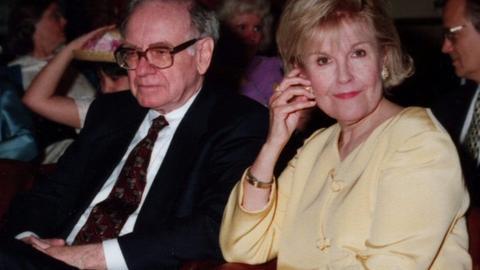 Warren Buffett i jego żona Susan. Inwestor 99 proc. majątku zarobił po 50. roku życia