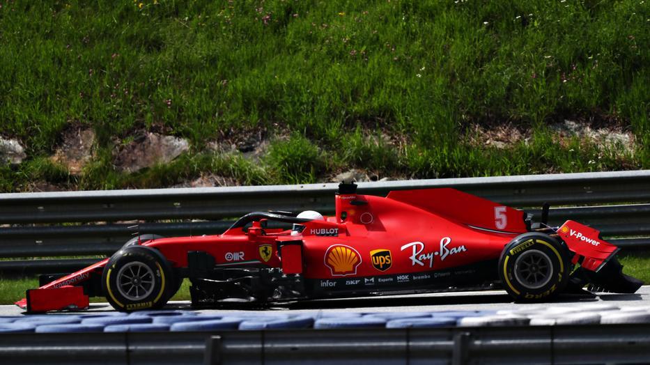 Káosz a Ferrarinál: Vettel és Leclerc harca megfékezhetetlen
