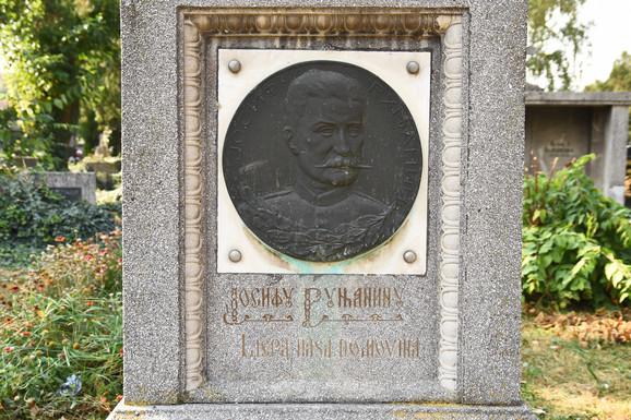 Grob Josifa Runjanina sa prva četiri takta hrvatske himne