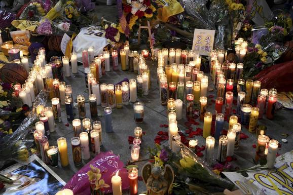 Sveće koje su navijači ostavili posle molitvi za poginulog Kobija Brajanta i sve stradale u padu helikoptera