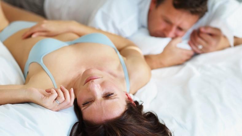 Czasami mężczyźni twierdzą, że trudno im sprostać wymaganiom partnerki, a tak naprawdę wystarczyłoby zadbać o drobiazgi, aby poprawić relacje w związku i zapewnić kobiecie maksimum przyjemności z seksu