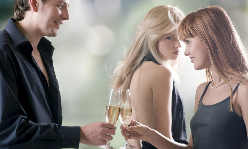 Para młodych ludzi na imprezie z szampanem