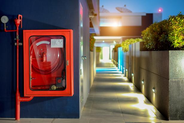 Odpowiedzialność za realizację obowiązków z zakresu ochrony przeciwpożarowej, stosownie do obowiązków i zadań powierzonych w odniesieniu do budynku, obiektu budowlanego lub terenu, przejmuje – w całości lub w części – ich zarządca lub użytkownik, na podstawie zawartej umowy cywilnoprawnej ustanawiającej zarząd lub użytkowanie.