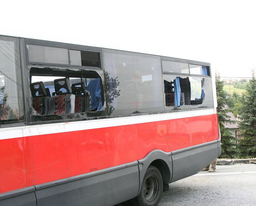 Wybite szyby w busie