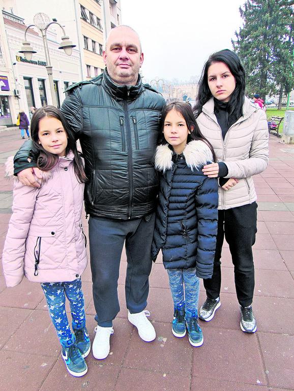 Miodrag Mitrović sa ćerkama Nađom i bliznakinjama Ivom i Janom